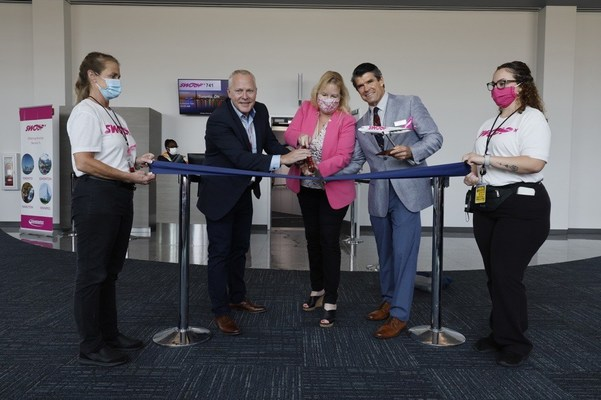 From left to right: Shane Workman, Head of Flight Operations, Swoop | Elizabeth Brown, CEO, Sanford International Inc. | Tom Nolan, President of Sanford Airport Authority (CNW Group/Swoop)